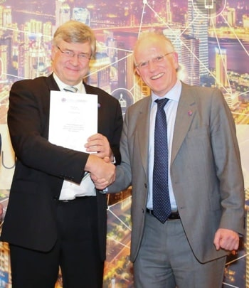 Richard Petrie presents Wolfgang Hass with Siemens' membership certificate